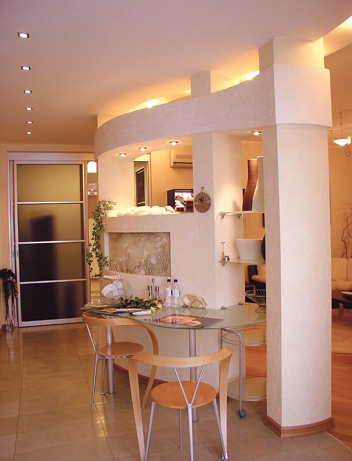 Дизайн столовой-гостиной в частном доме в классическом стиле