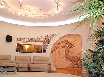 Художественная роспись в оформлении интерьера гостиной